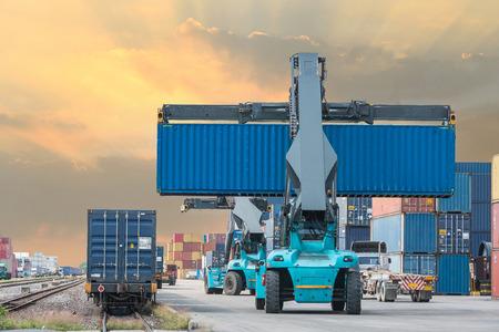 obrero trabajando: Carretilla caja contenedora manejo de carga para el tren de carga