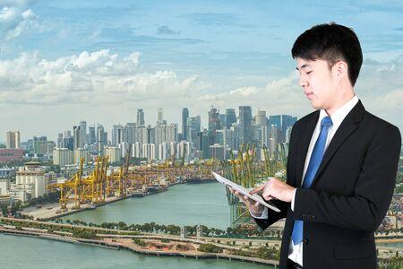 comunicarse: Hombre de negocios que usa la tableta digital de comunicación global de negocios