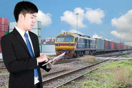 ferrocarril: Hombre de negocios mediante el envío de control de la tableta digital