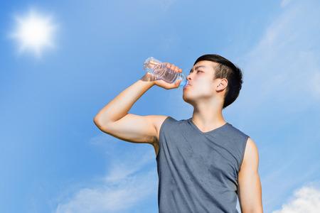 sediento: El deporte y el concepto de salud: Atleta sediento de agua potable después del entrenamiento