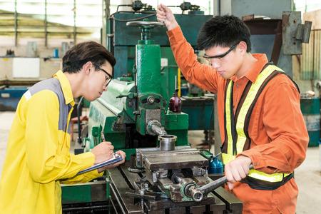 ingenieria industrial: Ingeniero de equipo mec�nico asi�tica que controla en la f�brica