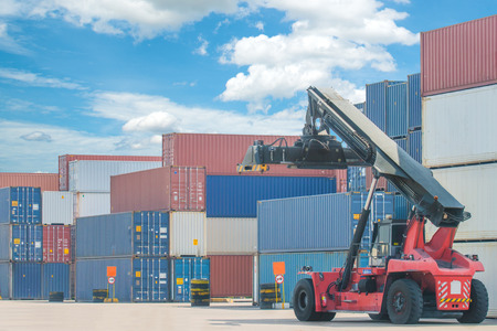 transportation: Carrello elevatore box contenitore movimentazione carico di camion in import export zona logistica