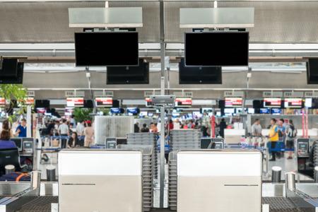 mostradores: Vacío de zona de registro público de un aeropuerto