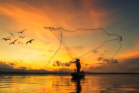 pescador: Pesca del pescador en el lago en la ma�ana, Tailandia. Foto de archivo