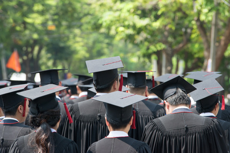 birrete de graduacion: parte posterior de los graduados durante el inicio Foto de archivo