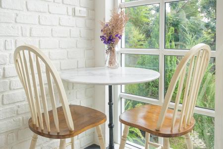 ladrillo: Silla de la vendimia y la mesa y alf�izar de la ventana en segundo plano Foto de archivo