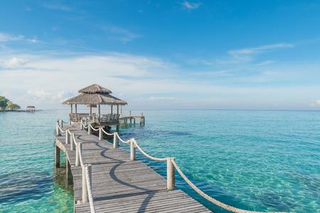 Verano, Viajes, Vacaciones y concepto de vacaciones - Muelle de madera en Phuket, Tailandia
