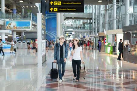 gente aeropuerto: Turismo pareja de Asia en el aeropuerto internacional. Foto de archivo