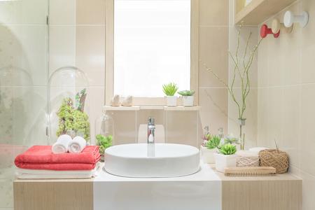 洗面台タオルとバスルームの装飾
