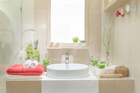 bañarse: Lavabo con la toalla y la decoración en el baño