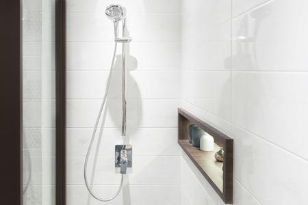 llave de agua: Alcachofa de la ducha moderna en el baño