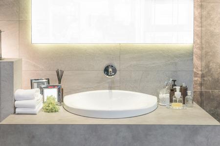 piastrelle bagno: Lavabo con asciugamano e decorazione in bagno Archivio Fotografico
