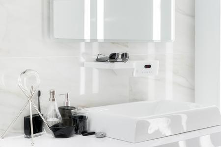 leuchtend: Elektronische Waschtisch mit Dekoration im Badezimmer Lizenzfreie Bilder