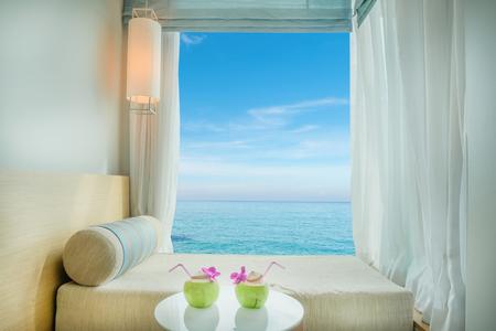 cielo y mar: Verano, Viajes, vacaciones y el concepto de vacaciones - Hermosa vista al mar tropical en la ventana en el centro tur�stico, Phuket, Tailandia