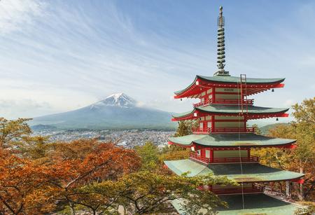 日本: 旅行先 - 春、富士吉田、日本の赤い塔と富士山