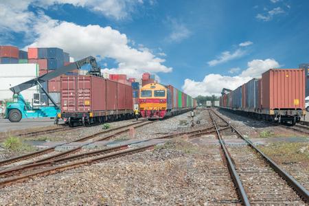 tren: Plataforma del tren de carga con contenedores tren de carga en el depósito