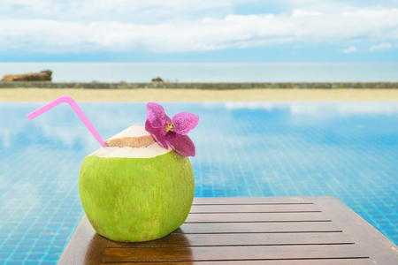 palmier: Summer, Travel, Vacation and Holiday concept - Tropical fresh coconut cocktail with pool and beach in ocean, Phuket ,Thailand