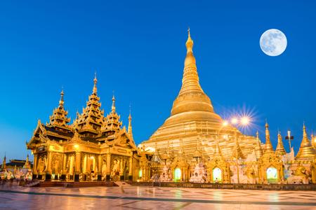 Yangon, Myanmar Ansicht von Shwedagon Pagode mit Super-Vollmond Standard-Bild - 49860919