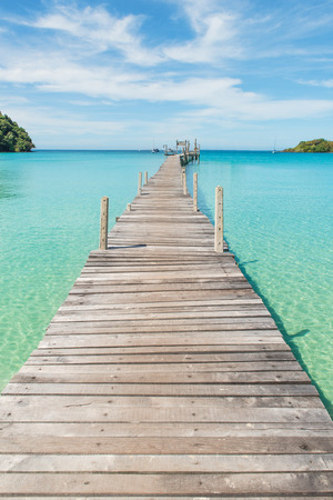 Concept d'été, de voyage, vacances et vacances - Jetée en bois à Phuket, Thaïlande
