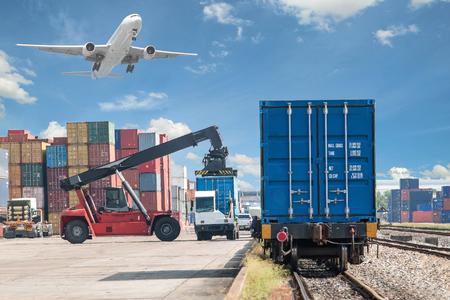 Wózek kontener obsługi załadunku do pociągu towarowego Zdjęcie Seryjne