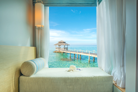 prázdniny: Léto, Cestování, Dovolená a prázdniny koncepce - Krásné tropické s výhledem na moře u okna na místě, Phuket, Thajsko Reklamní fotografie