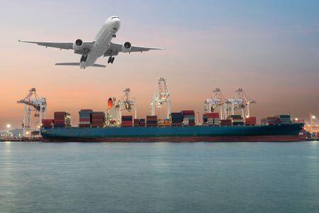 Industrie-Container Cargo Frachtschiff mit Arbeitskranbrücke in der Werft in der Abenddämmerung für Logistic Import Export Hintergrund