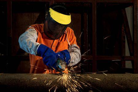 soldadura: Corte Trabajador industrial y el metal de soldadura con muchas chispas afilados