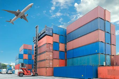 クレーン リフター コンテナー ボックス積載トラックの処理