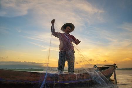 伝統: 朝、タイ湖で漁の漁師。