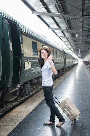 Młoda kobieta Azji pożegnać się z chłopakiem na stacji kolejowej przed podróżą