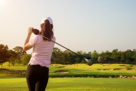 lazer: golfista mulher asiática bateu campo de golfe de varredura no verão