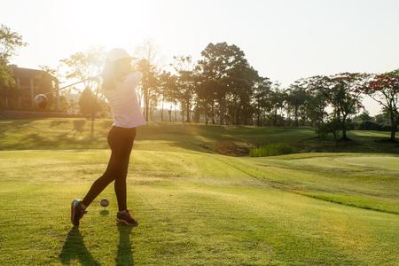 Aziatische vrouw golfer sloeg vegen golfbaan in de zomer Stockfoto