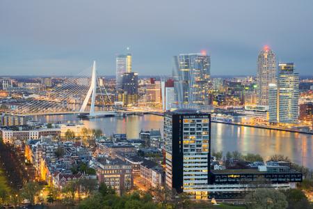 Skyline van Rotterdam in de nacht in Nederland Stockfoto