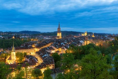 Berne, la capitale de la Suisse. Belle vieille ville de nuit.