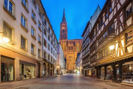 Kathedrale unserer Dame (Notre Dame) von Straßburg nachts in Elsass, Frankreich