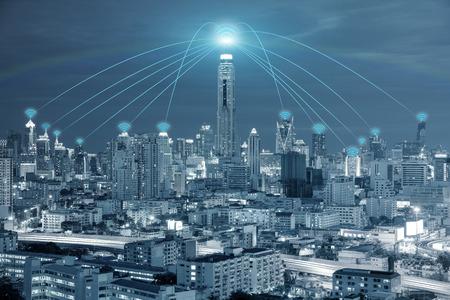 Tecnología, Red y Conexión concepto - conexión de red Wi-Fi en el centro de negocios para el uso del distrito red wifi Fondo de la conexión. Foto de archivo