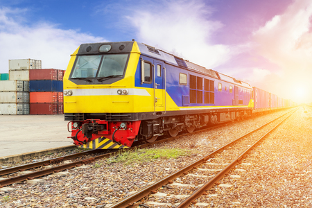 Import, Export, Logistiek concept - trein van de lading platform met goederentrein container in depot te gebruiken voor import, export, Logistiek achtergrond Stockfoto