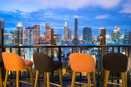 Bangkok Skyline Aussichtspunkt von Dachterrasse in Bangkok, Thailand. Schöne Dachterrasse in Bangkok. Standard-Bild - 60355060