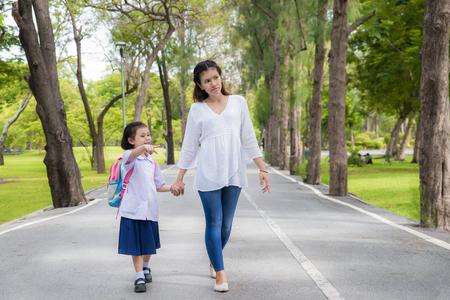 Asiatische Mutter und Tochter Student school.Pupil Schüler zu Fuß. Standard-Bild - 60355041