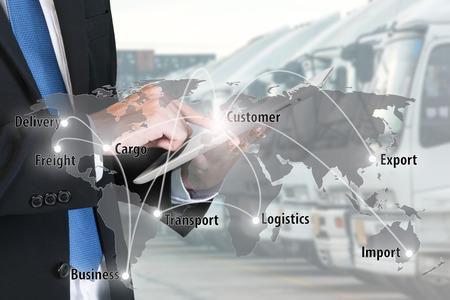 사업가 프레스 디지털 태블릿은 물류, 수입, 수출 배경 글로벌 네트워크 파트너 연결 사용을 표시합니다.