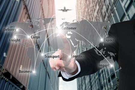 L'homme d'affaires travaillant avec la carte de connexion d'interface virtuelle de connexion de partenaire de réseau global utilise pour la logistique, l'importation, l'exportation d'arrière-plan. Banque d'images - 60355049