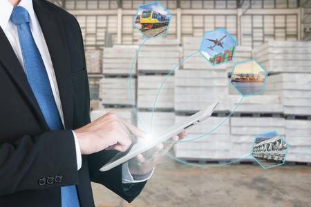 사업가 손으로 물류 개념 가져 오기, 내보내기 및 logistic 배경에 대 한 디지털 태블릿 운송 아이콘 사용을 잡고.