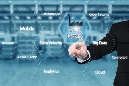 ビジネスの男性スマート工場のデータを示す仮想インターフェイス画面でスマート工場アイコンをタップします。ビジネス業界 4.0 コンセプト。