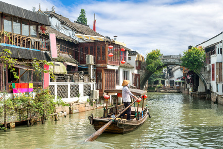 中国上海市に上海朱家角水町の運河に中国伝統的な観光船