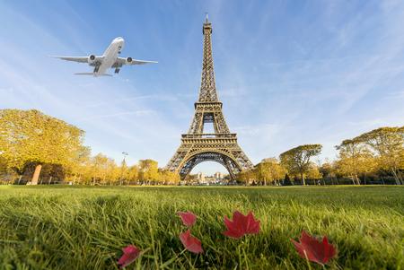 Vliegtuig vliegt over Eiffeltoren, Parijs, Frankrijk. Eiffel Tower is internationaal oriëntatiepunt in Parijs, Frankrijk