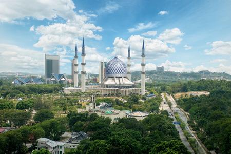 alam: Masjid Sultan Salahuddin Abdul Aziz Shah or Blue Mosque in Shah alam ,Selangor, Kuala lumpur, Malaysia. Sultan Salahuddin Abdul Aziz Mosque is biggest mosque in Malaysia.