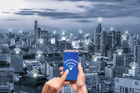 손을 잡고 네트워크 연결 네트워크와 휴대 전화입니다. 와이파이 네트워크 연결 개념입니다.