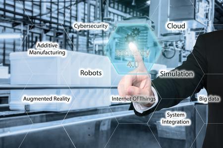 Uomo di affari che tocca l'industria 4.0 icona nella schermata di interfaccia virtuale che mostra i dati di intelligente fabbrica. industria Business 4.0 concept. Archivio Fotografico - 64303419