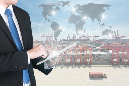 Export, Import, Logistik-Konzept - Geschäftsmann drücken digitale Tablet globales Netzwerk Partnerschaft Verbindung Verwendung für Logistik, Import, Export Hintergrund zu zeigen (Elemente dieses Bildes von der NASA eingerichtet).