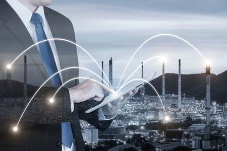 工場で製造するデジタル タブレット pc 支援制御機を使用する技術者の二重露光。スマート工場コンセプト。